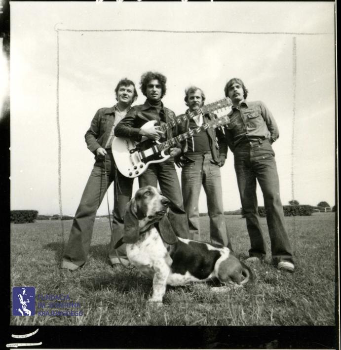 # 1666 - 1977 r. - Czerwone Gitary z Janem Pospieszalskim na terenie wyścigów konnych