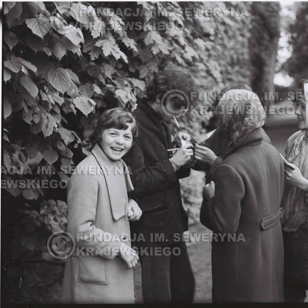 # 315 - Czerwone Gitary, spotkanie z fankami, Park Oliwski 1967r.na pierwszym planie Seweryn Krajewski