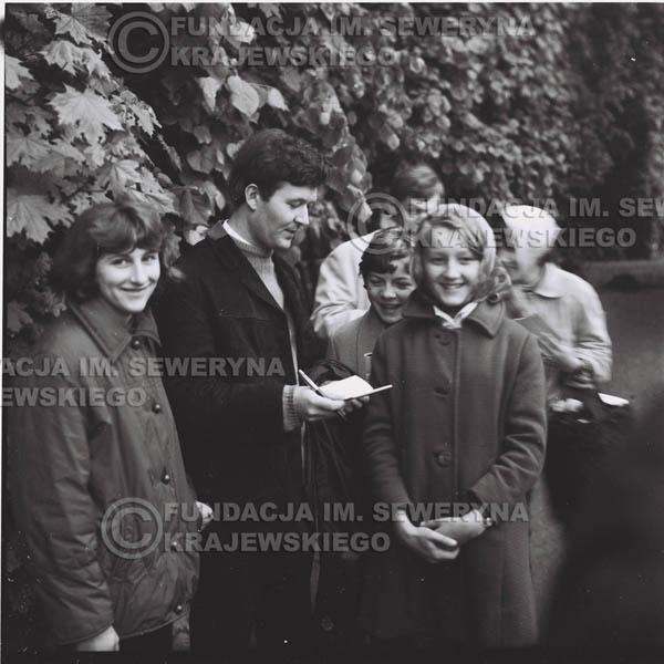 # 317 - Czerwone Gitary, spotkanie z fankami, Park Oliwski 1967r.na pierwszym planie Bernard Dornowski