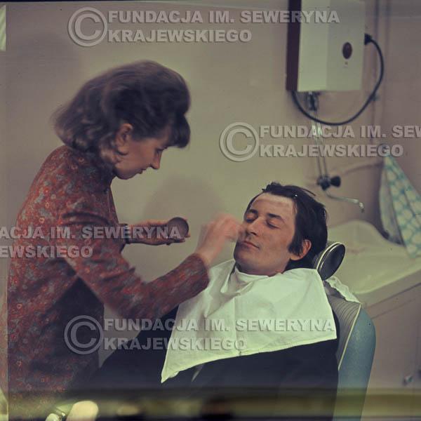 # 348 - Krzysztof Klenczon, 1967r., makijaż przed występem w telewizji w Warszawie
