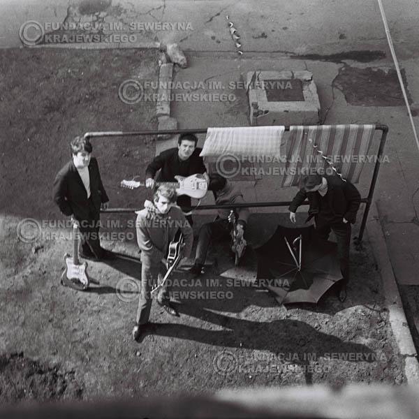 # 555 - 1966r. 'Czerwone Gitary', Łódź. Zdjęcie z sesji do okładki pierwszego longpleya 'Czerwonych Gitar' pod tytułem  'To Właśnie My'.