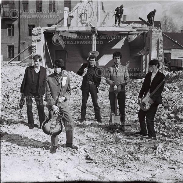 # 584 - 1966r. Czerwone Gitary, Łódź.  Zdjęcie z sesji do okładki pierwszego longpleya pod tytułem  'To Wlasnie My'.