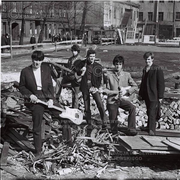 # 585 - 1966r. Czerwone Gitary, Łódź.  Zdjęcie z sesji do okładki pierwszego longpleya pod tytułem  'To Wlasnie My'.