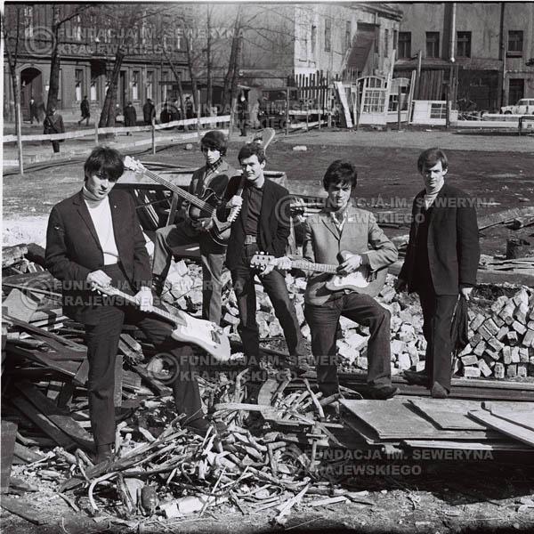 # 587 - 1966r. Czerwone Gitary, Łódź.  Zdjęcie z sesji do okładki pierwszego longpleya pod tytułem  'To Wlasnie My'.