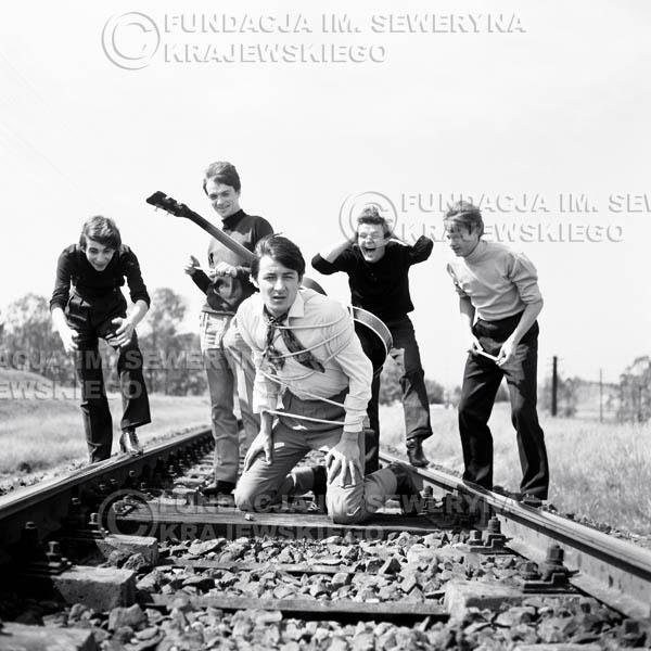 # 59 - Czerwone Gitary 1966r. (Na torach)Od lewej   Seweryn Krajewski, Jerzy Kossela ,Krzysztof Klenczon, Bernard Dornowski, Jerzy Skrzypczyk