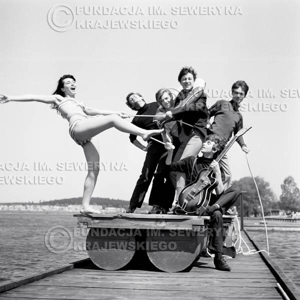 # 60 - Czerwone Gitary 1966r. (Na tratwie z modelką)Od lewej  modelka,  Bernard Dornowski, Jerzy Skrzypczyk, Krzysztof Klenczon, Jerzy Kossela, Seweryn Krajewski