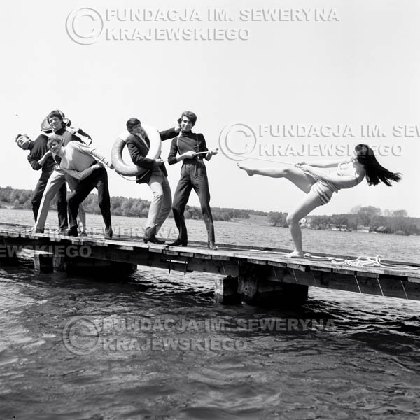 # 61 - Czerwone Gitary 1966r. (Na tratwie z modelką)Od lewej   Bernard Dornowki, Jerzy Kossela Jerzy Skrzypczyk, ,Krzysztof Klenczon,  Seweryn Krajewski, modelka