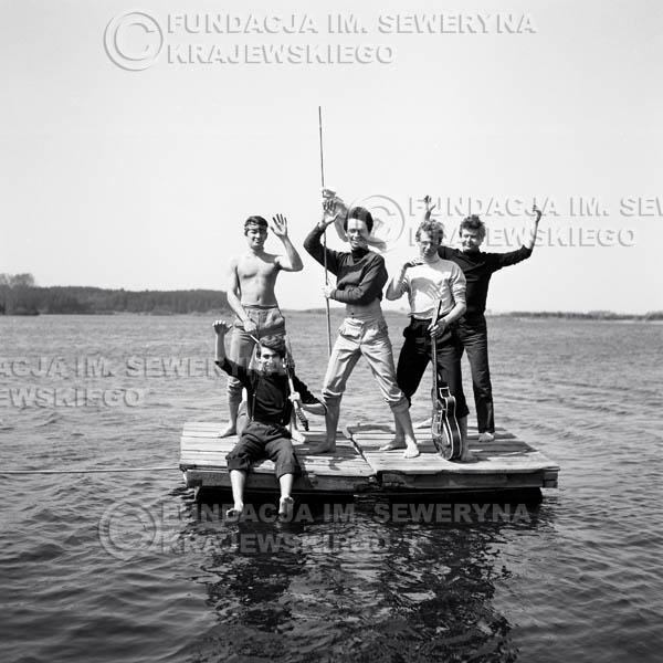 # 63 - Czerwone Gitary 1966r. (Na tratfie)Od lewej Krzysztof Klenczon,   Seweryn Krajewski, Jerzy Kossela, Jerzy Skrzypczyk, Bernard Dornowski