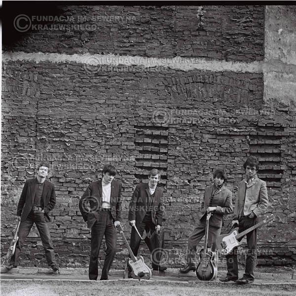# 648 - 1966r. Czerwone Gitary, Łódź.  Zdjęcie z sesji do okładki pierwszego longpleya Czerwonych Gitar pod tytułem:  'To Wlaśnie My'.