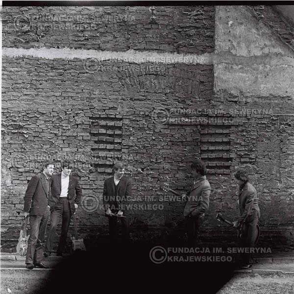 # 650 - 1966r. Czerwone Gitary, Łódź.  Zdjęcie z sesji do okładki pierwszego longpleya Czerwonych Gitar pod tytułem:  'To Wlaśnie My'.