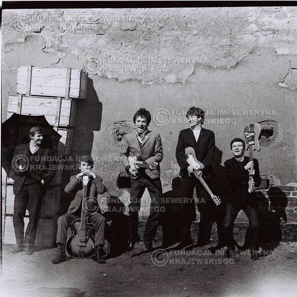 # 654 - 1966r. Czerwone Gitary, Łódź.  Zdjęcie z sesji do okładki pierwszego longpleya Czerwonych Gitar pod tytułem:  'To Wlaśnie My'.