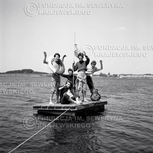 # 65 - Czerwone Gitary 1966r. (Na tratwie)Od lewej Krzysztof Klenczon,   Seweryn Krajewski, Bernard Dornowski, Jerzy Kossela, Jerzy Skrzypczyk