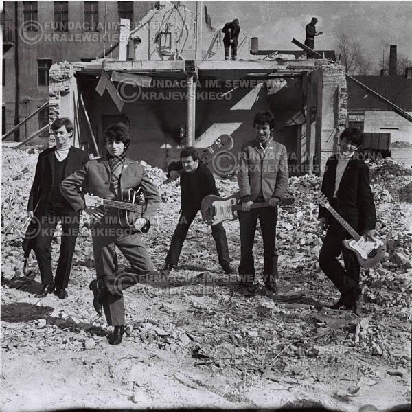 # 662 - 1966r. Czerwone Gitary, Łódź.  Zdjęcie z sesji do okładki pierwszego longpleya Czerwonych Gitar pod tytułem:  'To Wlaśnie My'.