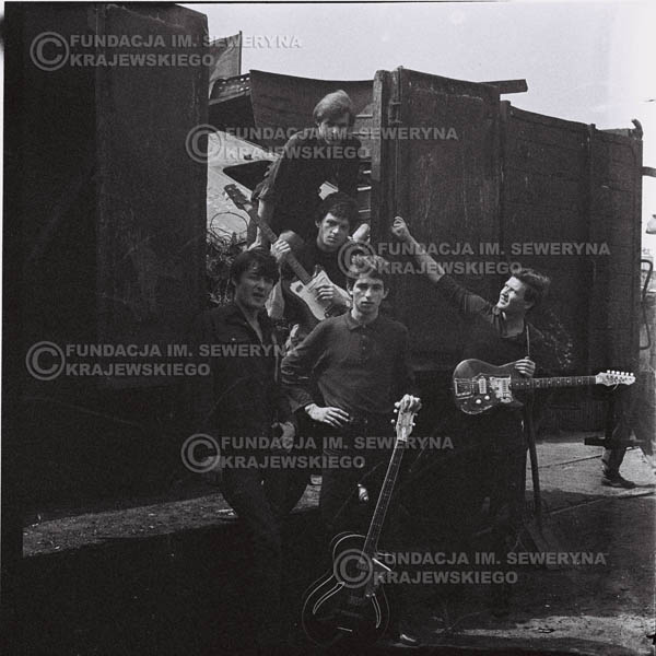 # 666 - 1966r. Czerwone Gitary, Łódź.  Zdjęcie z sesji do okładki pierwszego longpleya Czerwonych Gitar pod tytułem:  'To Wlaśnie My'.