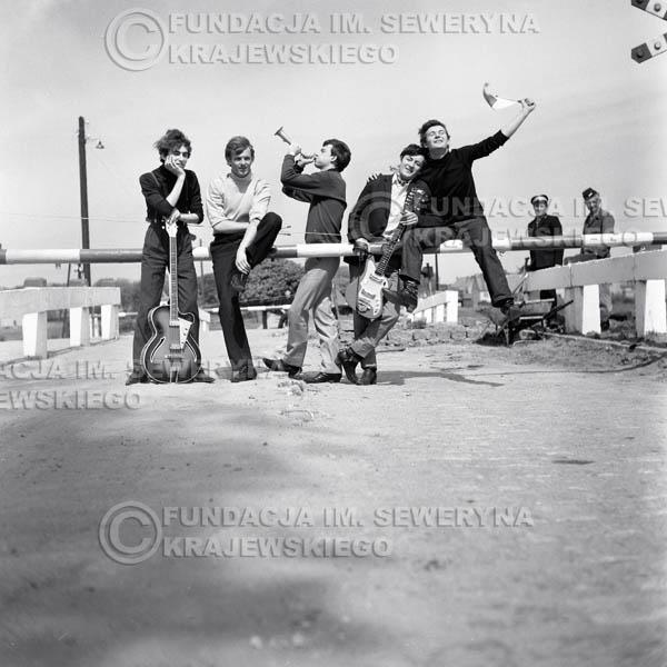 # 73 - Czerwone Gitary 1966r.(Przejazd Kolejowy) Od Lewej  Seweryn Krajewski, Jerzy Skrzypczyk, Jerzy Kossela, Krzysztof Klenczon,  Bernard Dornowski