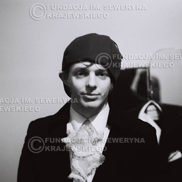 # 87 - Jerzy Skrzypczyk w garderobie przed koncertem, 1968r.