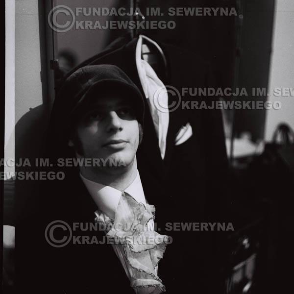 # 88 - Jerzy Skrzypczyk w garderobie przed koncertem, 1968r.