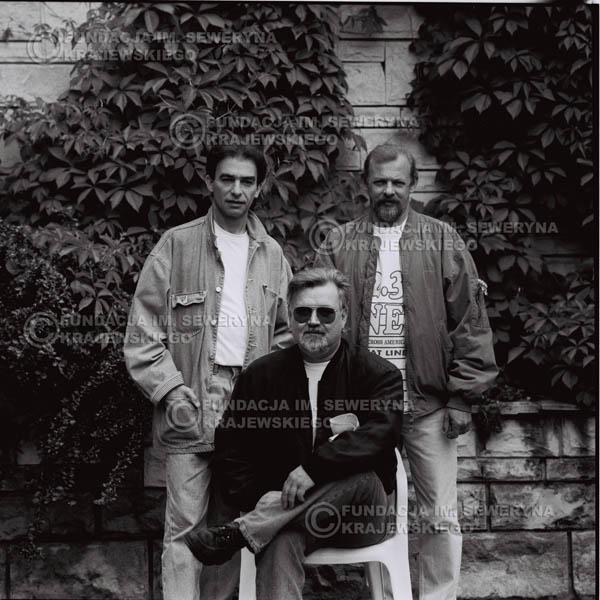 # 1126 - come back Czerwonych Gitar, od lewej: Seweryn Krajewski, Bernard Dornowski, Jerzy Skrzypczyk. 1991r. sesja zdjęciowa w Michalinie.