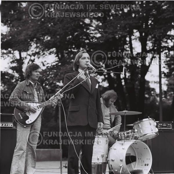 # 1216 - 1973r., Bytom-Bobrek – Tadeusz Górny (dziennikarz III programu Polskiego Radia) – prowadził koncert Czerwonych Gitar.