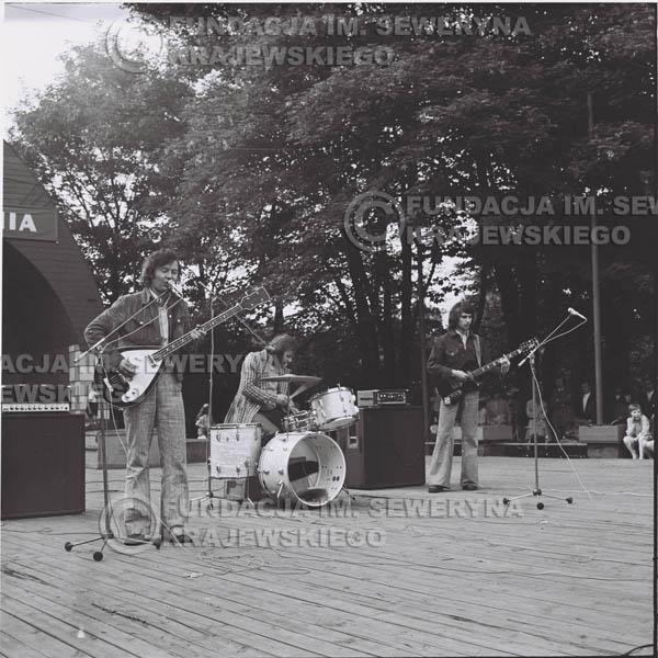 # 1221 - 1973r., Bytom-Bobrek - koncert Czerwonych Gitar w składzie: Seweryn Krajewski, Jerzy Skrzypczyk, Bernard Dornowski.