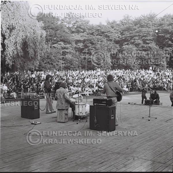 # 1229 - 1973r., Bytom-Bobrek - koncert Czerwonych Gitar w składzie: Seweryn Krajewski, Jerzy Skrzypczyk, Bernard Dornowski.