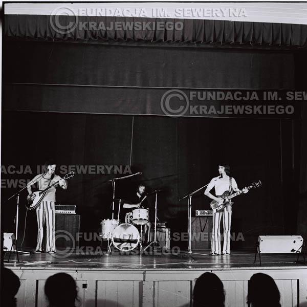 # 1245 - 1973r., koncert Czerwonych Gitar w Teatrze Polskim we Wrocławiu. Czerwone gitary po odejściu Krzysztofa Klenczona w składzie: Seweryn Krajewski, Jerzy Skrzypczyk, Bernard Dornowski.