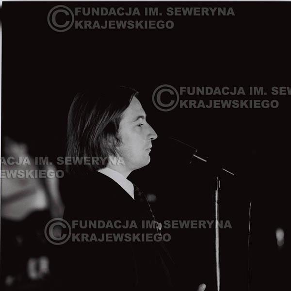# 1251 - 1973r. Tadeusz Górny (dziennikarz III programu Polskiego Radia) – prowadził koncert Czerwonych Gitar w Teatrze Polskim we Wrocławiu.