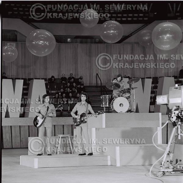 # 1268 - 1975r. TV Katowice, program telewizyjny 'Studio Rondo' realizowany w katowickim Pałacu Młodzieży, występ Czerwonych Gitar w składzie: Seweryn Krajewski, Jerzy Skrzypczyk, Bernard Dornowski.