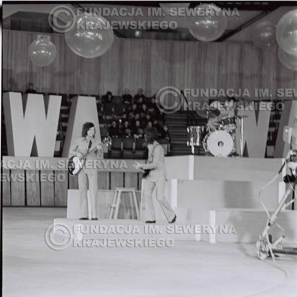 # 1269 - 1975r. TV Katowice, program telewizyjny 'Studio Rondo' realizowany w katowickim Pałacu Młodzieży, występ Czerwonych Gitar w składzie: Seweryn Krajewski, Jerzy Skrzypczyk, Bernard Dornowski.