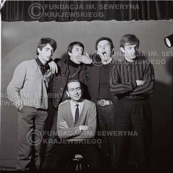 # 126 - 1967r. Czerwone Gitary w sesji zdjęciowej do okładki drugiej płyty pt. 'Czerwone Gitary 2', Henryk Korzeniewski kierownik zespołu