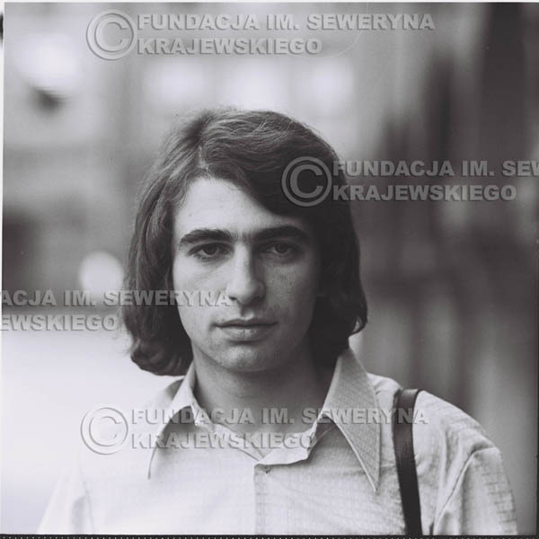 # 1271 - 1975r. Seweryn Krajewski przed Pałacem Młodzieży w Katowicach