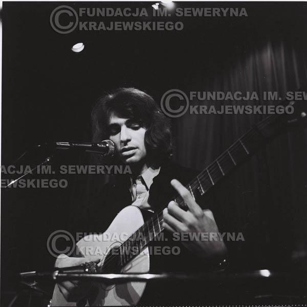 # 1295 - Seweryn Krajewski – 1974r. koncert Czerwonych Gitar w Teatrze Letnim w Sopocie. Dodatkową atrakcją dla widzów była wystawa zdjęć Czerwonych Gitar autorstwa Lesława Sagana, która niestety została skradziona w całości.