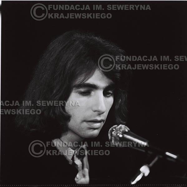 # 1297 - Seweryn Krajewski – 1974r. koncert Czerwonych Gitar w Teatrze Letnim w Sopocie. Dodatkową atrakcją dla widzów była wystawa zdjęć Czerwonych Gitar autorstwa Lesława Sagana, która niestety została skradziona w całości.
