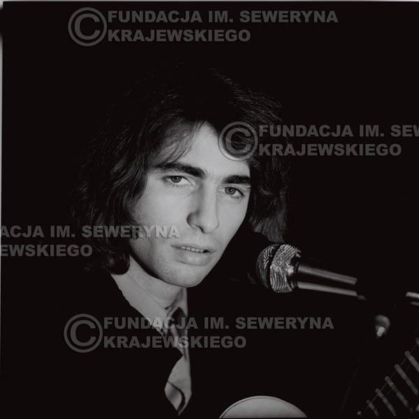 # 1300 - Seweryn Krajewski – 1974r. koncert Czerwonych Gitar w Teatrze Letnim w Sopocie. Dodatkową atrakcją dla widzów była wystawa zdjęć Czerwonych Gitar autorstwa Lesława Sagana, która niestety została skradziona w całości.