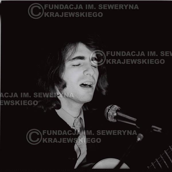 # 1302 - Seweryn Krajewski – 1974r. koncert Czerwonych Gitar w Teatrze Letnim w Sopocie. Dodatkową atrakcją dla widzów była wystawa zdjęć Czerwonych Gitar autorstwa Lesława Sagana, która niestety została skradziona w całości.