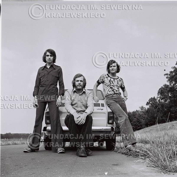 # 1325 - Poznań 1974 rok- Czerwone Gitary (w składzie: Seweryn Krajewski, Bernard Dornowski, Jerzy Skrzypczyk) z Fiatem 126p nad Jeziorem Malta, ówczesna propozycja reklamowa, która jednak nie doszła do skutku. Powstała nawet piosenka o małym polskim Fiacie