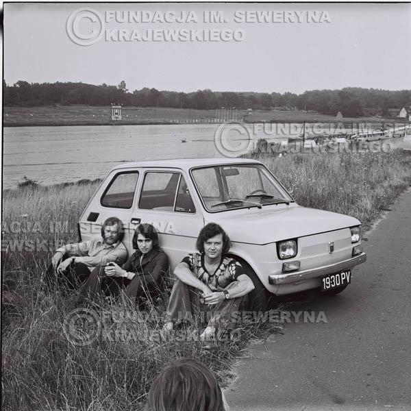 # 1326 - Poznań 1974 rok- Czerwone Gitary (w składzie: Seweryn Krajewski, Bernard Dornowski, Jerzy Skrzypczyk) z Fiatem 126p nad Jeziorem Malta, ówczesna propozycja reklamowa, która jednak nie doszła do skutku. Powstała nawet piosenka o małym polskim Fiacie