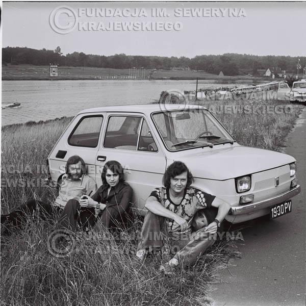 # 1327 - Poznań 1974 rok- Czerwone Gitary (w składzie: Seweryn Krajewski, Bernard Dornowski, Jerzy Skrzypczyk) z Fiatem 126p nad Jeziorem Malta, ówczesna propozycja reklamowa, która jednak nie doszła do skutku. Powstała nawet piosenka o małym polskim Fiacie