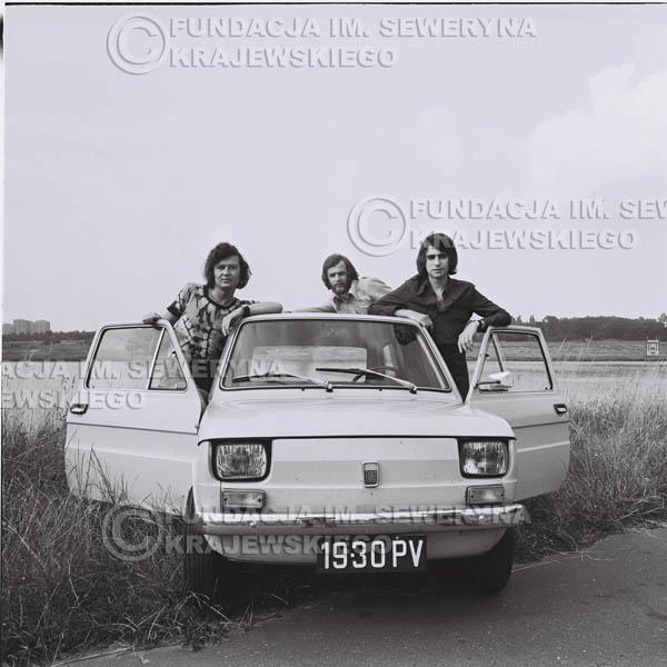 # 1329 - Poznań 1974 rok- Czerwone Gitary (w składzie: Seweryn Krajewski, Bernard Dornowski, Jerzy Skrzypczyk) z Fiatem 126p nad Jeziorem Malta, ówczesna propozycja reklamowa, która jednak nie doszła do skutku. Powstała nawet piosenka o małym polskim Fiacie