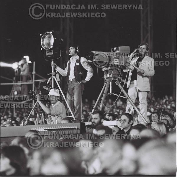 # 1346 - Seweryn Krajewski rozdaje autografy – 1977r. Pierwszy Międzynarodowy Festiwal INTERWIZJI w Sopocie.