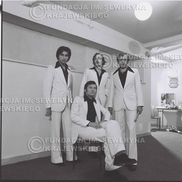 # 1347 - Seweryn Krajewski rozdaje autografy – 1977r. Pierwszy Międzynarodowy Festiwal INTERWIZJI w Sopocie.