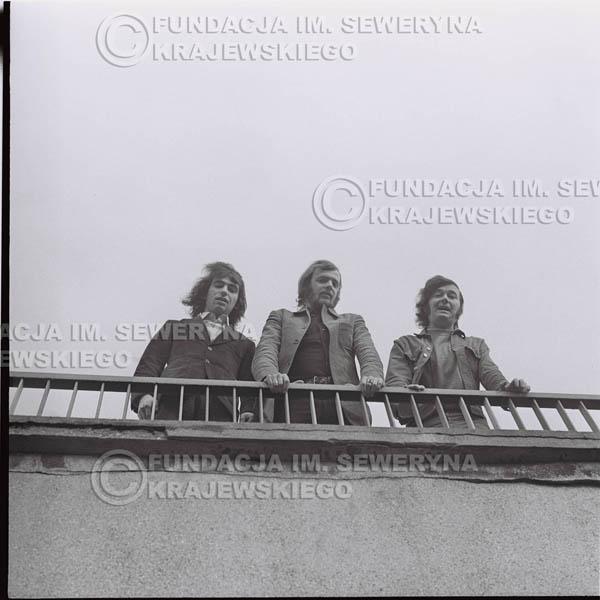 # 1366 - 1973r. Katowice przy Hali Widowiskowo-Sportowej 'Spodek'. Czerwone Gitary w składzie: Seweryn Krajewski, Jerzy Skrzypczyk, Bernard Dornowski.