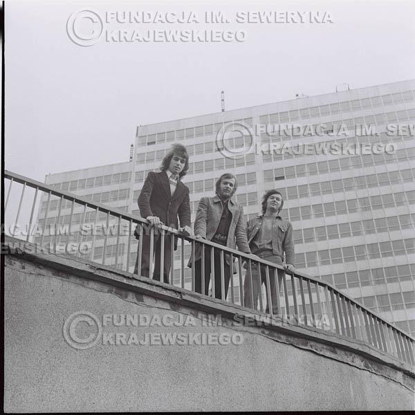 # 1367 - 1973r. Katowice przy Hali Widowiskowo-Sportowej 'Spodek'. Czerwone Gitary w składzie: Seweryn Krajewski, Jerzy Skrzypczyk, Bernard Dornowski.