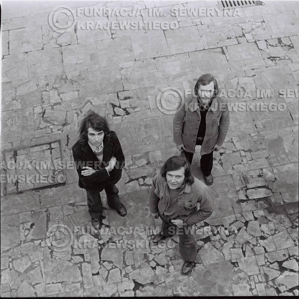 # 1368 - 1973r. Katowice przy Hali Widowiskowo-Sportowej 'Spodek'. Czerwone Gitary w składzie: Seweryn Krajewski, Jerzy Skrzypczyk, Bernard Dornowski.