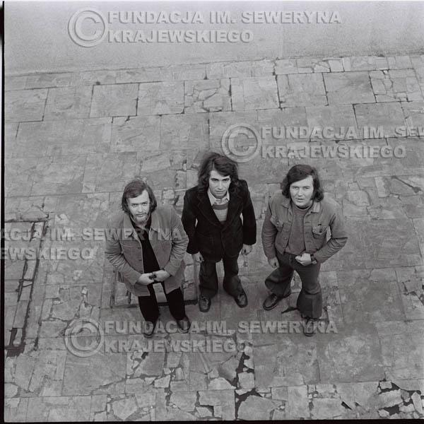 # 1369 - 1973r. Katowice przy Hali Widowiskowo-Sportowej 'Spodek'. Czerwone Gitary w składzie: Seweryn Krajewski, Jerzy Skrzypczyk, Bernard Dornowski.