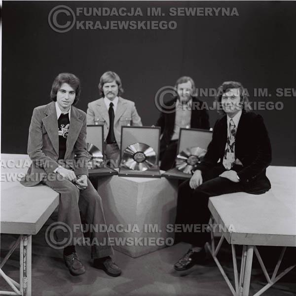 # 1378 - 1975r. studio TV Katowice, wręczenie Złotej Płyty za Longplay 'Spokój Serca'. Czerwone Gitary w składzie: Seweryn Krajewski, Ryszard Kaczmarek, Jerzy Skrzypczyk, Bernard Dornowski.