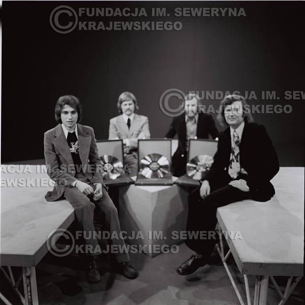 # 1379 - 1975r. studio TV Katowice, wręczenie Złotej Płyty za Longplay 'Spokój Serca'. Czerwone Gitary w składzie: Seweryn Krajewski, Ryszard Kaczmarek, Jerzy Skrzypczyk, Bernard Dornowski.