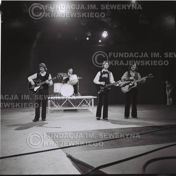 # 1381 - 1975 - studio TV Katowice, wręczenie zespołowi Złotej Płyty . Występ Czerwonych Gitar w składzie: Ryszard Kaczmarek , Jerzy Skrzypczyk, Seweryn Krajewski, Bernard Dornowski.