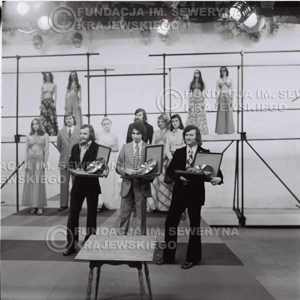 # 1386 - 1975r. studio TV Katowice, na pierwszym planie: Jerzy Skrzypczyk, Seweryn Krajewski I Bernard Dornowski ze Złotymi Płytami, (w drugim rzędzie Ryszard Kaczmarek I Zbigniew Łukasiewicz).