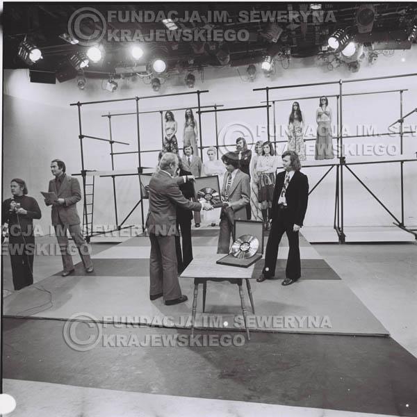 # 1391 - 1975r. studio TV Katowice, wręczenie zespołowi Złotej Płyty za Longplay 'Spokój Serca' przez v-ce dyrektora Polskich Nagrań Józefa Pielkę.